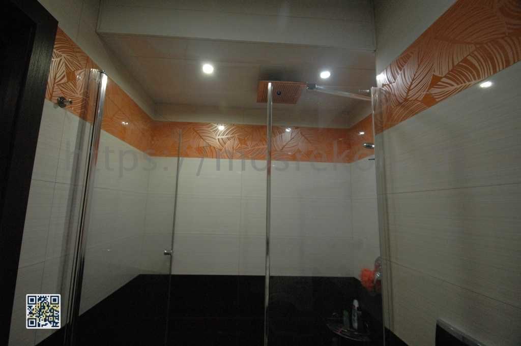 Установка стеклянных душевых дверей