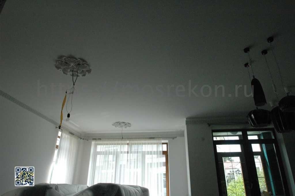 Одноуровневый потолок в коттедже фото