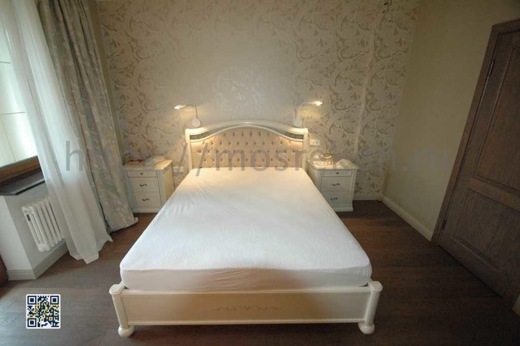 Просторная спальня с большой кроватью фото