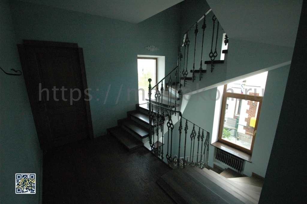 Кованная лестница с дубовыми ступенями
