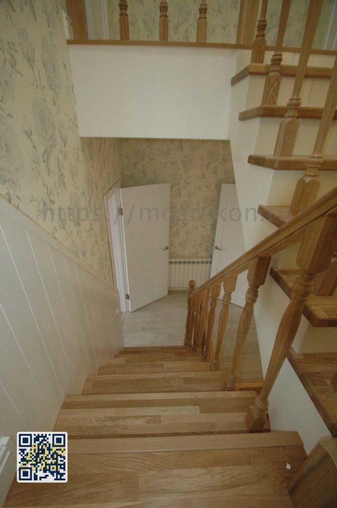Лестница из дуба с плиткой в таунхаусе