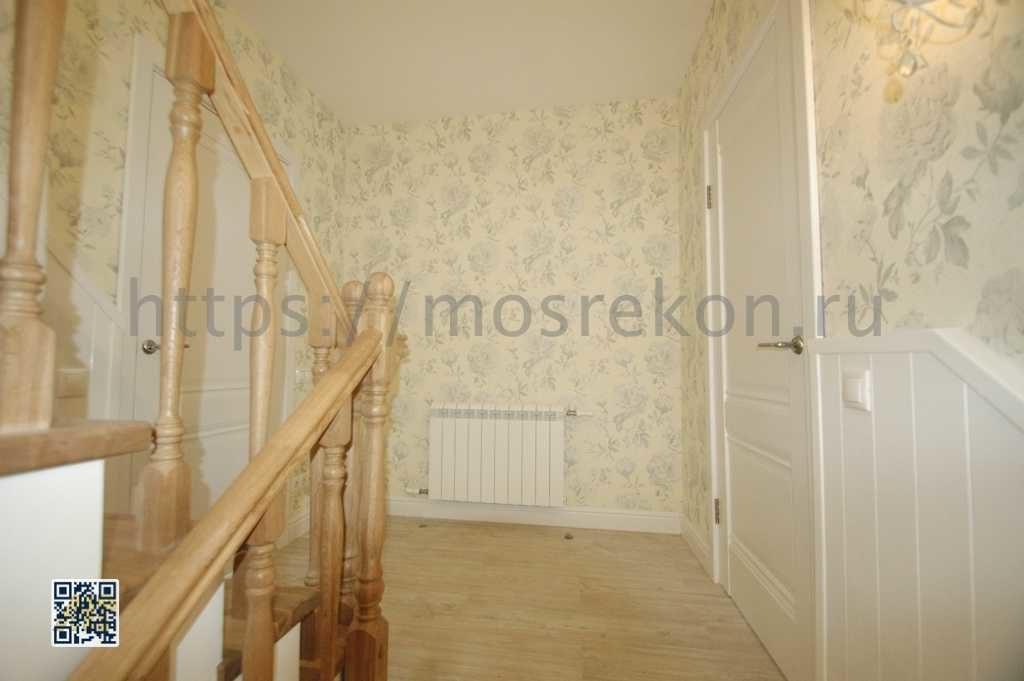 Лакированная дубовая лестница с перилами фото