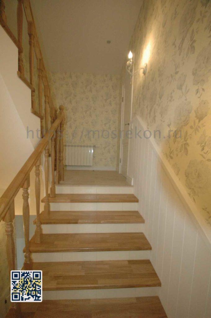 Дубовая лестница в трех этажном таунхаусе