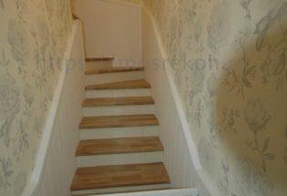 Монтаж деоевянных ступений в таунхаусе фото