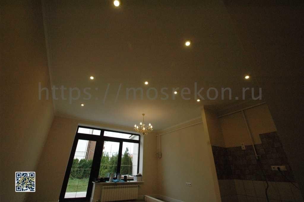 Сплошной потолок в кухни в коттедже