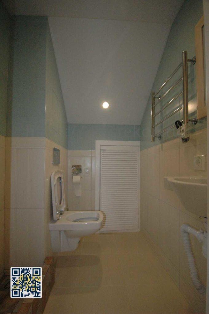 Монтаж натяжного матового потолка в туалете
