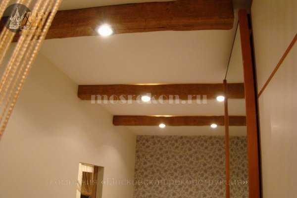 Потолок с декоративными балками под дерево фото