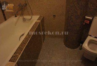 Укладка мозайки стены и пол в санузле