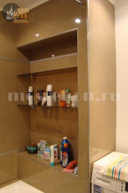 Сантехнический шкаф в ванной с полками под шампунь