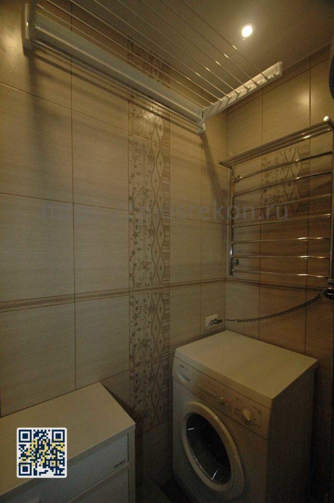 Укладка на стены плиткой с декором в ванной комнате