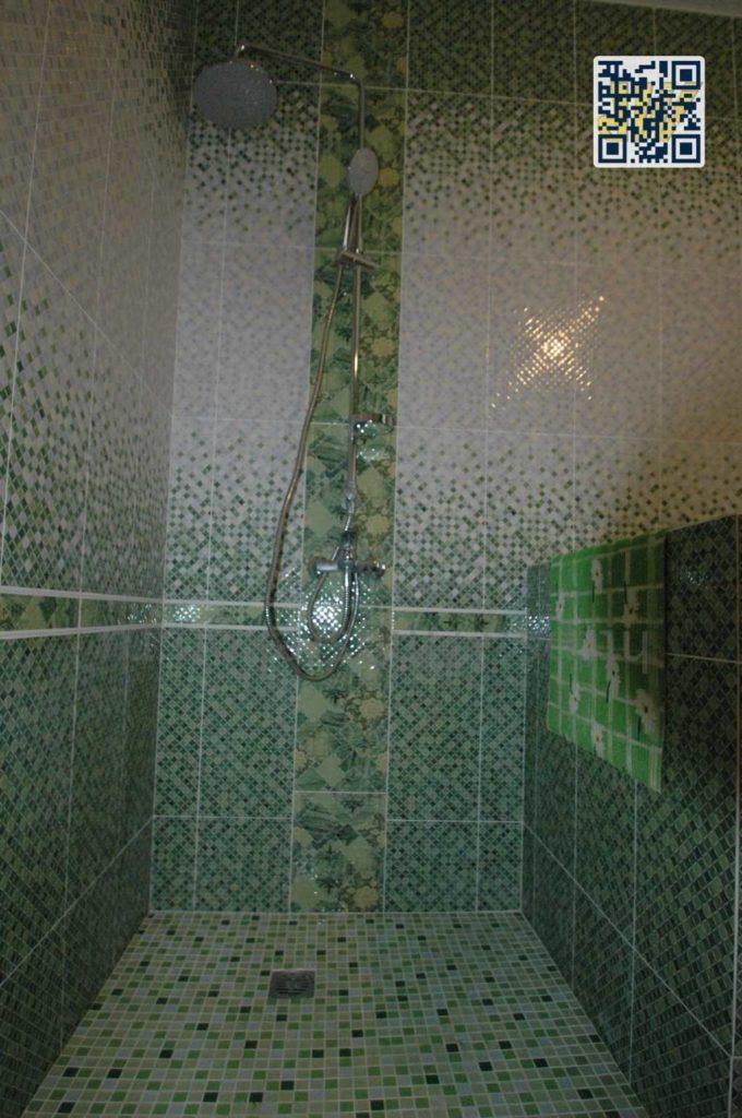 Укладка плитки и мозайки в душевой на стены и пол