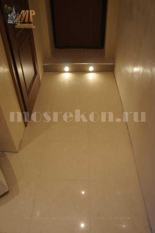Укладка керамогранита на пол в коридоре