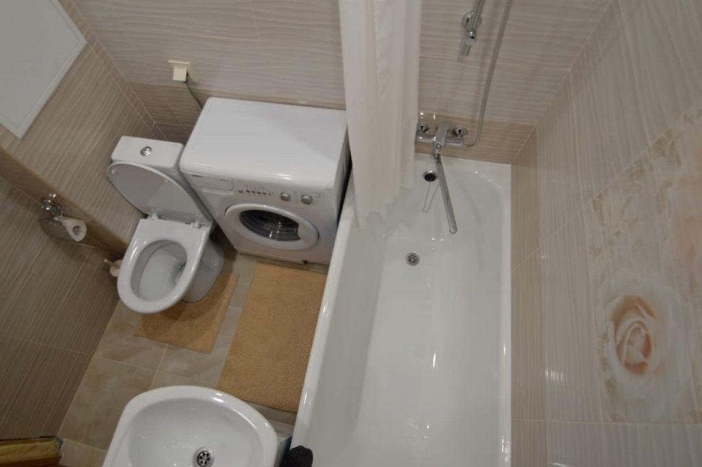 монтаж металической ванной в санузле