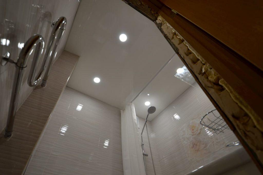 белый натяжной потолок в санузле