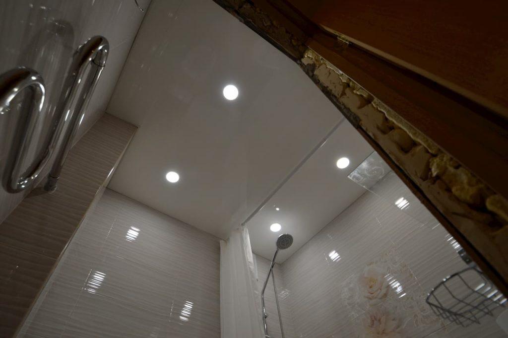 белый глянцевый натяжной потолок в санузле