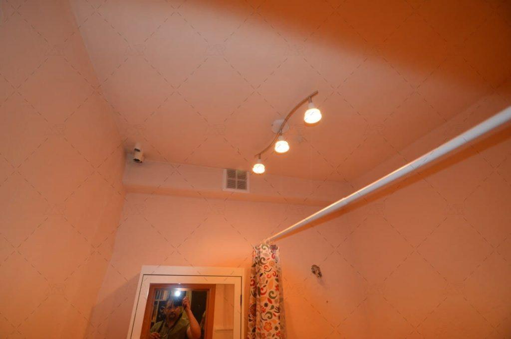Потолок до ремонта в санузле
