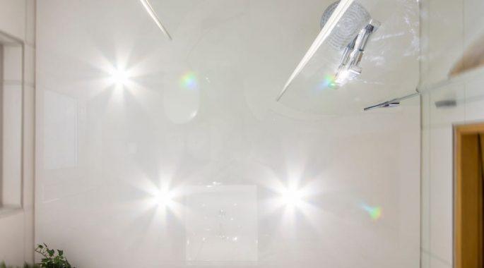 Натяжной потолок в ванной комнате минусы и плюсы
